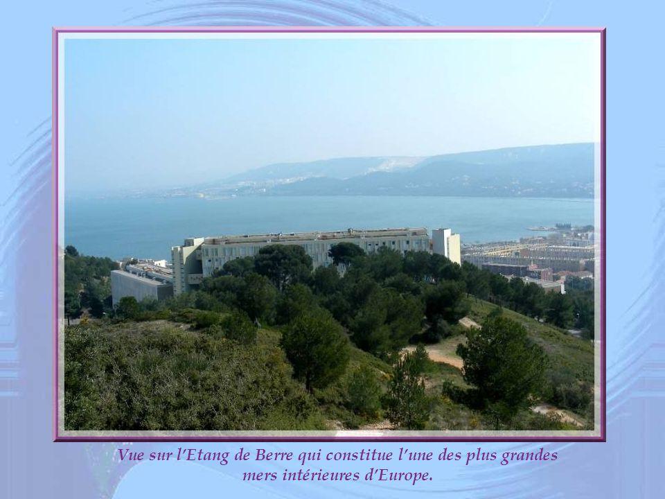Vue sur l'Etang de Berre qui constitue l'une des plus grandes mers intérieures d'Europe.