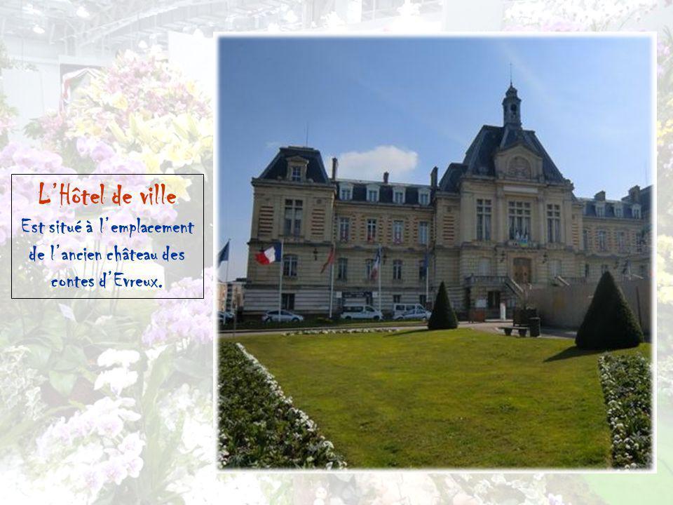 Est situé à l'emplacement de l'ancien château des contes d'Evreux.