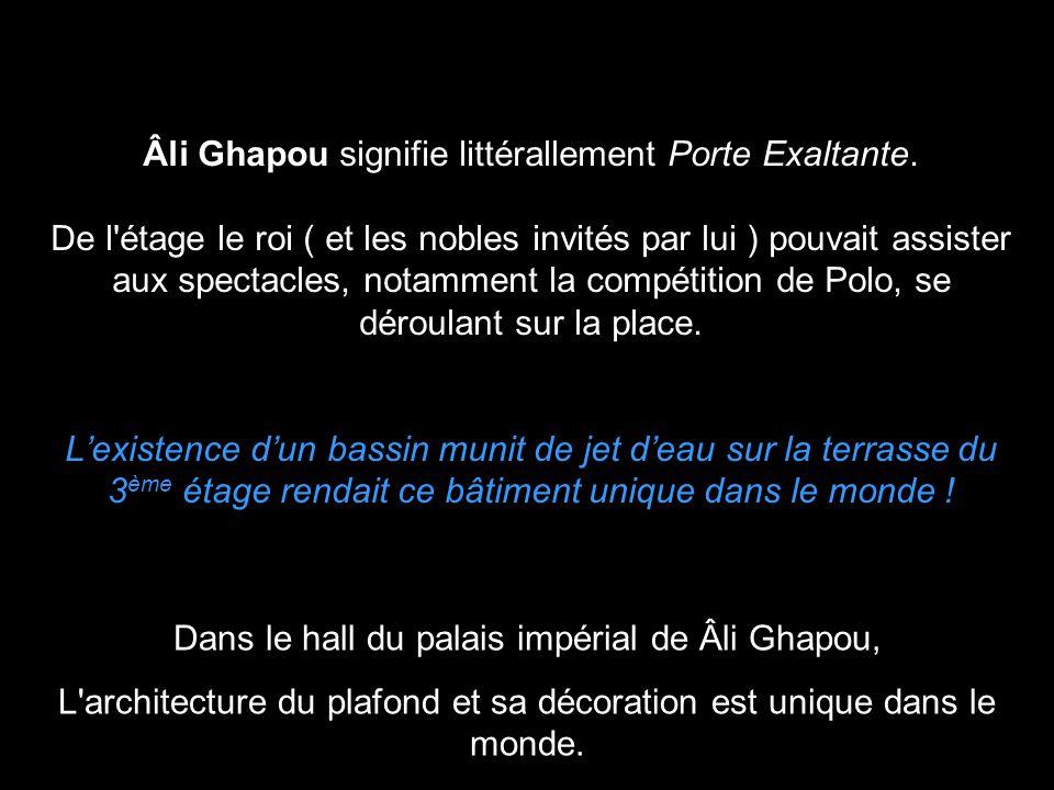 Dans le hall du palais impérial de Âli Ghapou,