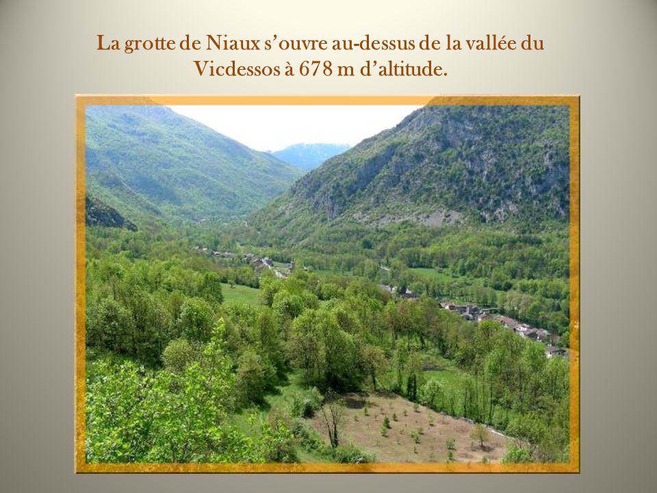 La grotte de Niaux s'ouvre au-dessus de la vallée du Vicdessos à 678 m d'altitude.