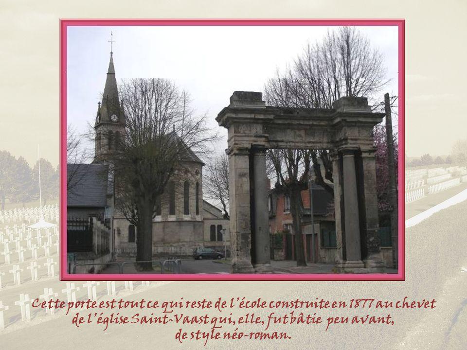 Cette porte est tout ce qui reste de l'école construite en 1877 au chevet de l'église Saint-Vaast qui, elle, fut bâtie peu avant,