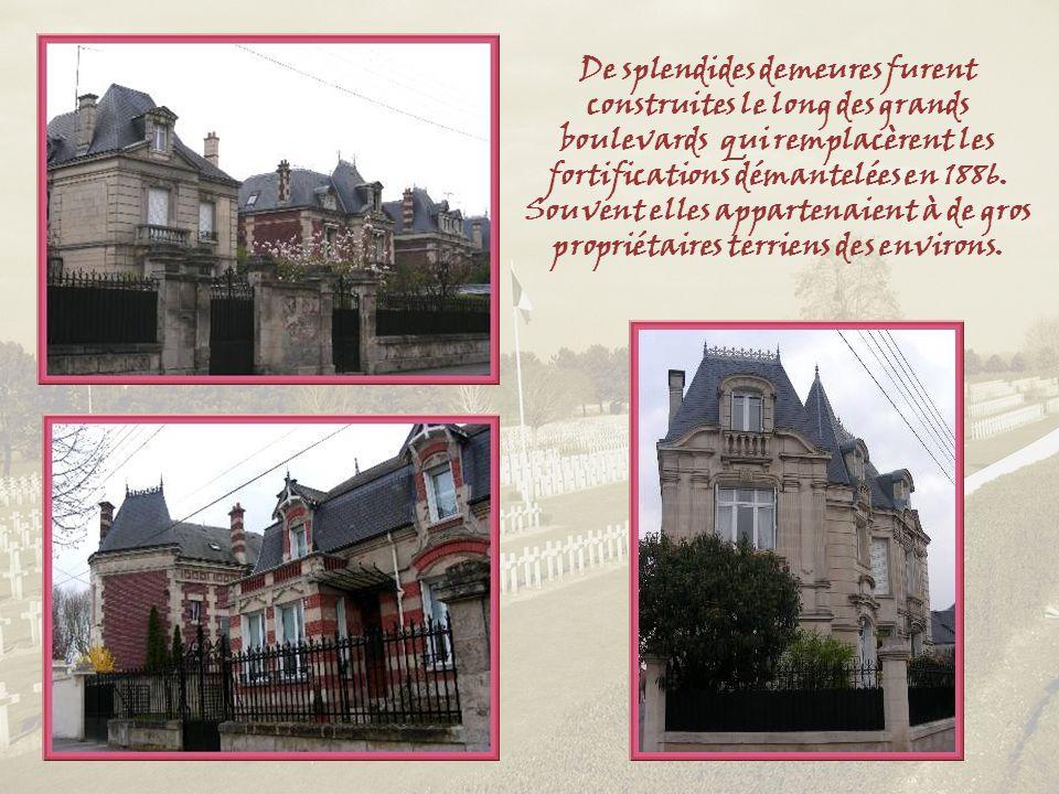De splendides demeures furent construites le long des grands boulevards qui remplacèrent les fortifications démantelées en 1886.
