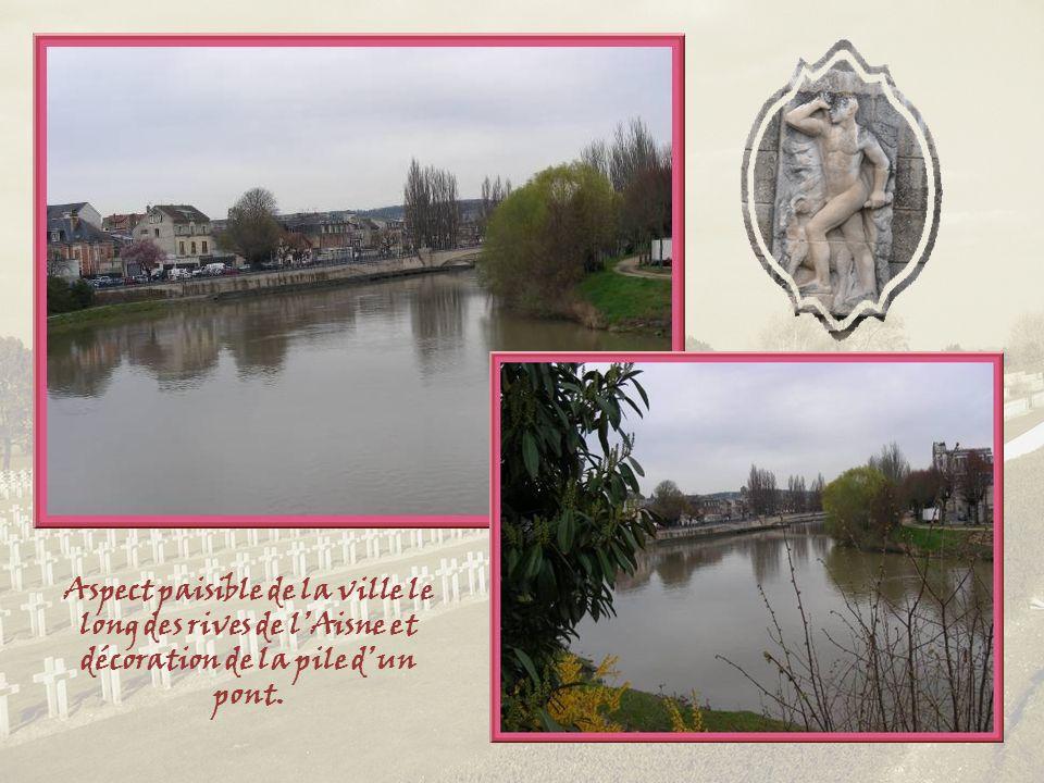 Aspect paisible de la ville le long des rives de l'Aisne et décoration de la pile d'un pont.