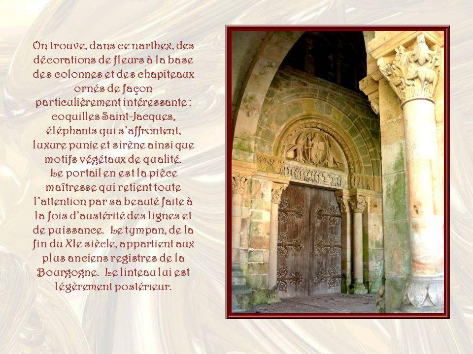 On trouve, dans ce narthex, des décorations de fleurs à la base des colonnes et des chapiteaux ornés de façon particulièrement intéressante : coquilles Saint-Jacques, éléphants qui s'affrontent, luxure punie et sirène ainsi que motifs végétaux de qualité.