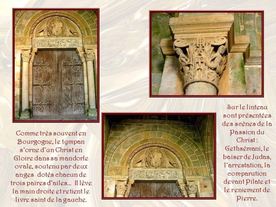 Sur le linteau sont présentées des scènes de la Passion du Christ : Gethsémani, le baiser de Judas, l'arrestation, la comparution devant Pilate et le reniement de Pierre.