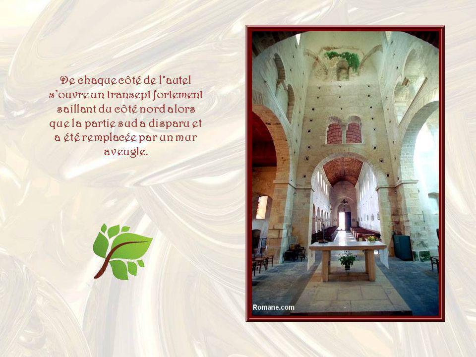 De chaque côté de l'autel s'ouvre un transept fortement saillant du côté nord alors que la partie sud a disparu et a été remplacée par un mur aveugle.