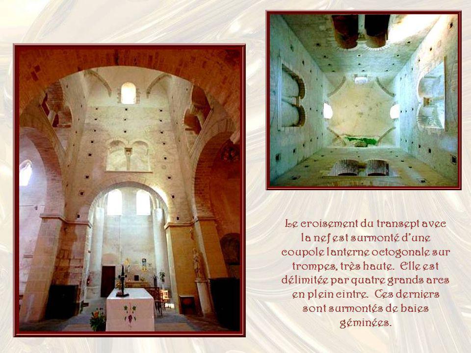 Le croisement du transept avec la nef est surmonté d'une coupole lanterne octogonale sur trompes, très haute.