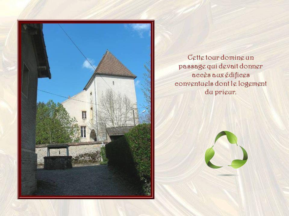 Cette tour domine un passage qui devait donner accès aux édifices conventuels dont le logement du prieur.