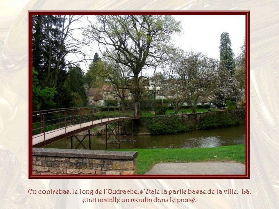 En contrebas, le long de l'Oudrache, s'étale la partie basse de la ville.
