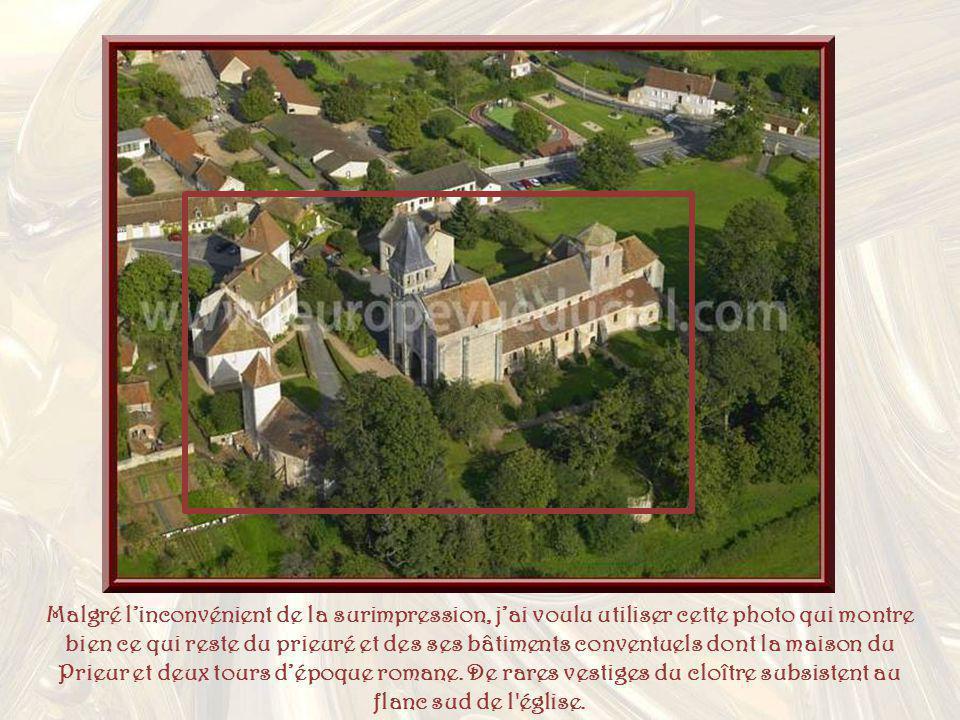 Malgré l'inconvénient de la surimpression, j'ai voulu utiliser cette photo qui montre bien ce qui reste du prieuré et des ses bâtiments conventuels dont la maison du Prieur et deux tours d'époque romane.