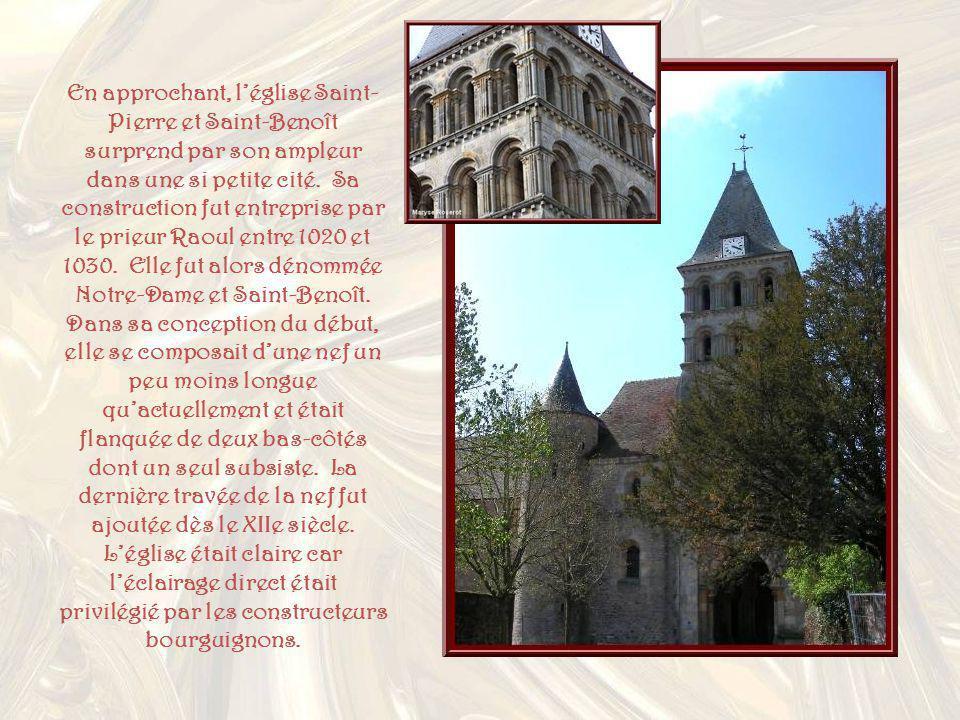En approchant, l'église Saint-Pierre et Saint-Benoît surprend par son ampleur dans une si petite cité.