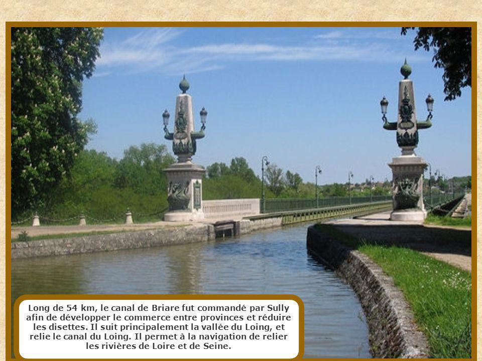 Long de 54 km, le canal de Briare fut commandé par Sully afin de développer le commerce entre provinces et réduire les disettes.