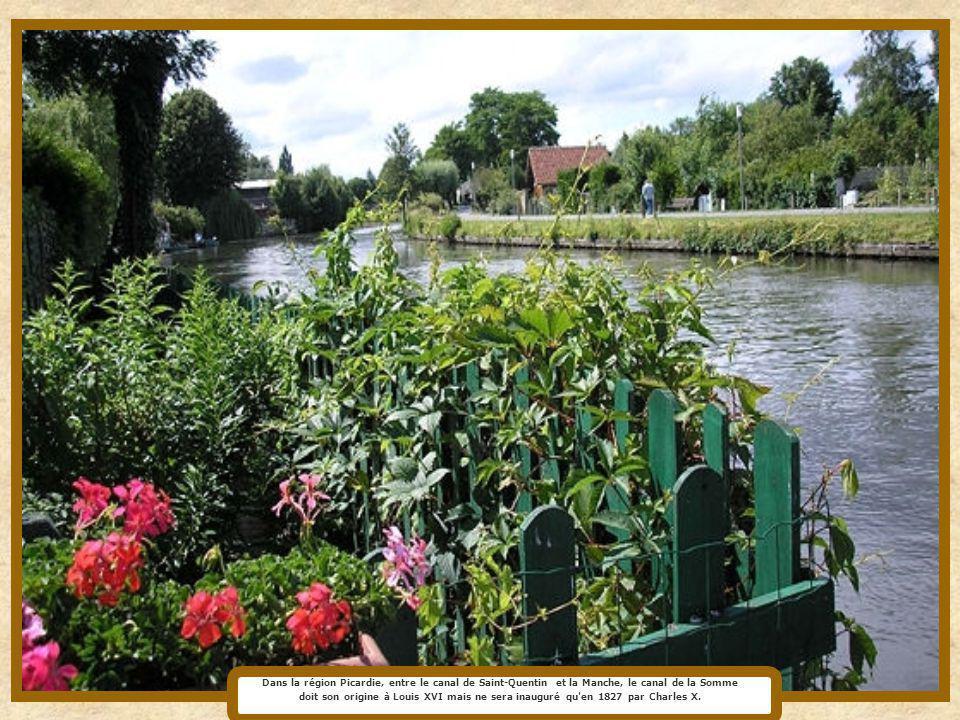 Dans la région Picardie, entre le canal de Saint-Quentin et la Manche, le canal de la Somme doit son origine à Louis XVI mais ne sera inauguré qu en 1827 par Charles X.