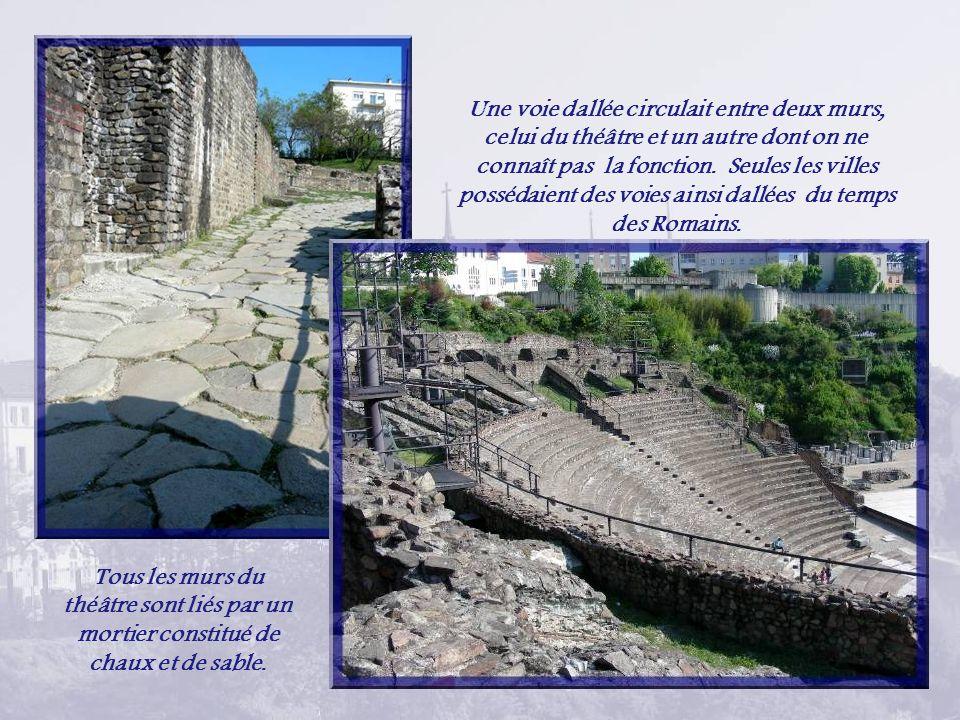 Une voie dallée circulait entre deux murs, celui du théâtre et un autre dont on ne connaît pas la fonction. Seules les villes possédaient des voies ainsi dallées du temps des Romains.