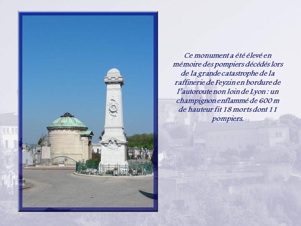 Ce monument a été élevé en mémoire des pompiers décédés lors de la grande catastrophe de la raffinerie de Feyzin en bordure de l'autoroute non loin de Lyon : un champignon enflammé de 600 m de hauteur fit 18 morts dont 11 pompiers.