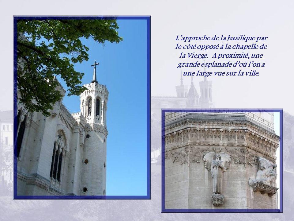 L'approche de la basilique par le côté opposé à la chapelle de la Vierge.