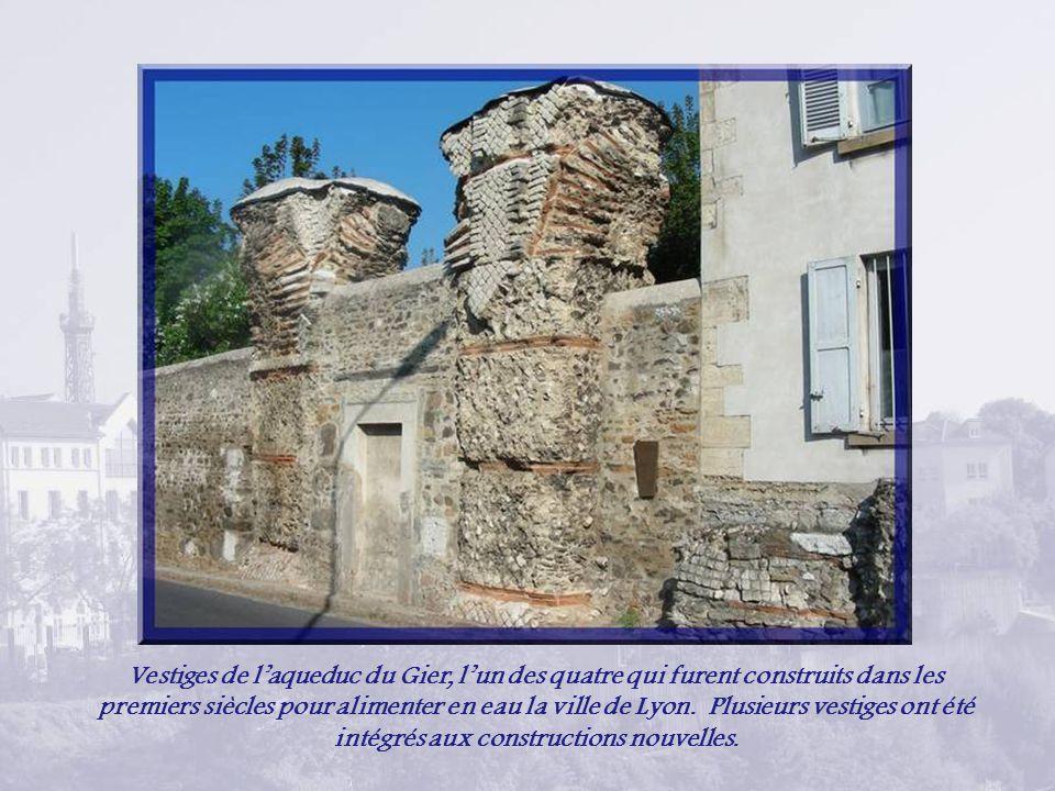 Vestiges de l'aqueduc du Gier, l'un des quatre qui furent construits dans les premiers siècles pour alimenter en eau la ville de Lyon.