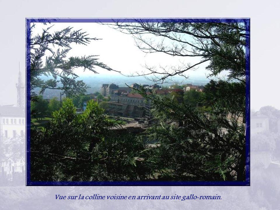 Vue sur la colline voisine en arrivant au site gallo-romain.