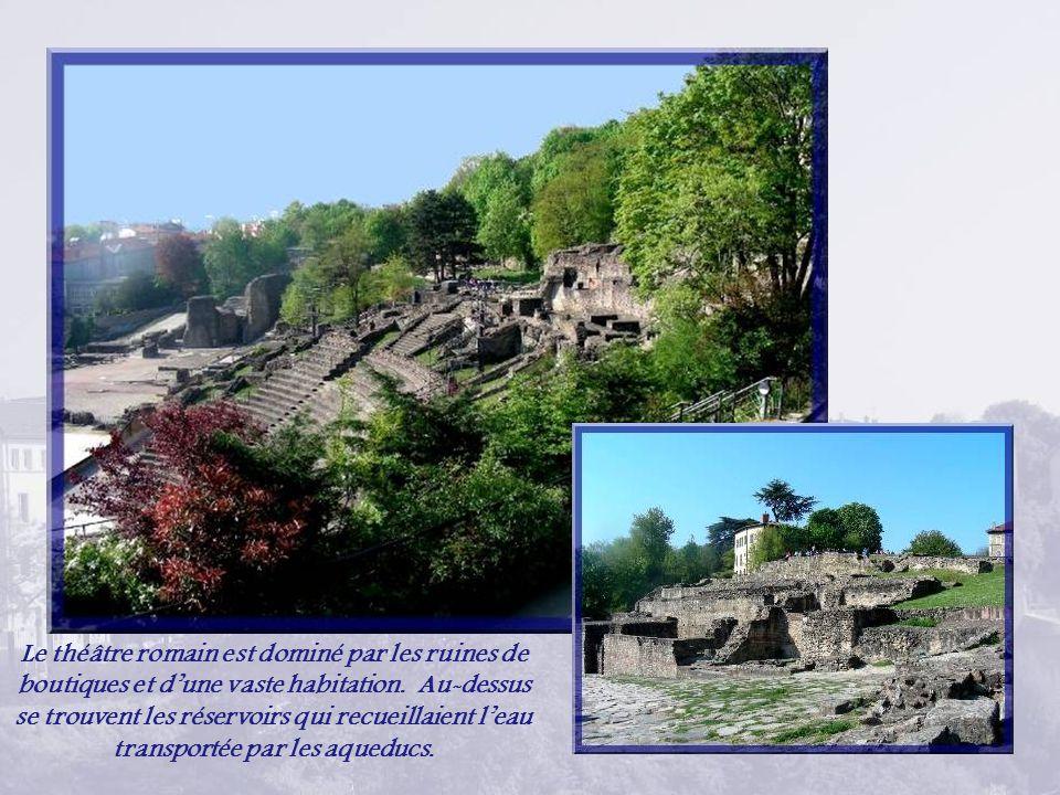 Le théâtre romain est dominé par les ruines de boutiques et d'une vaste habitation.