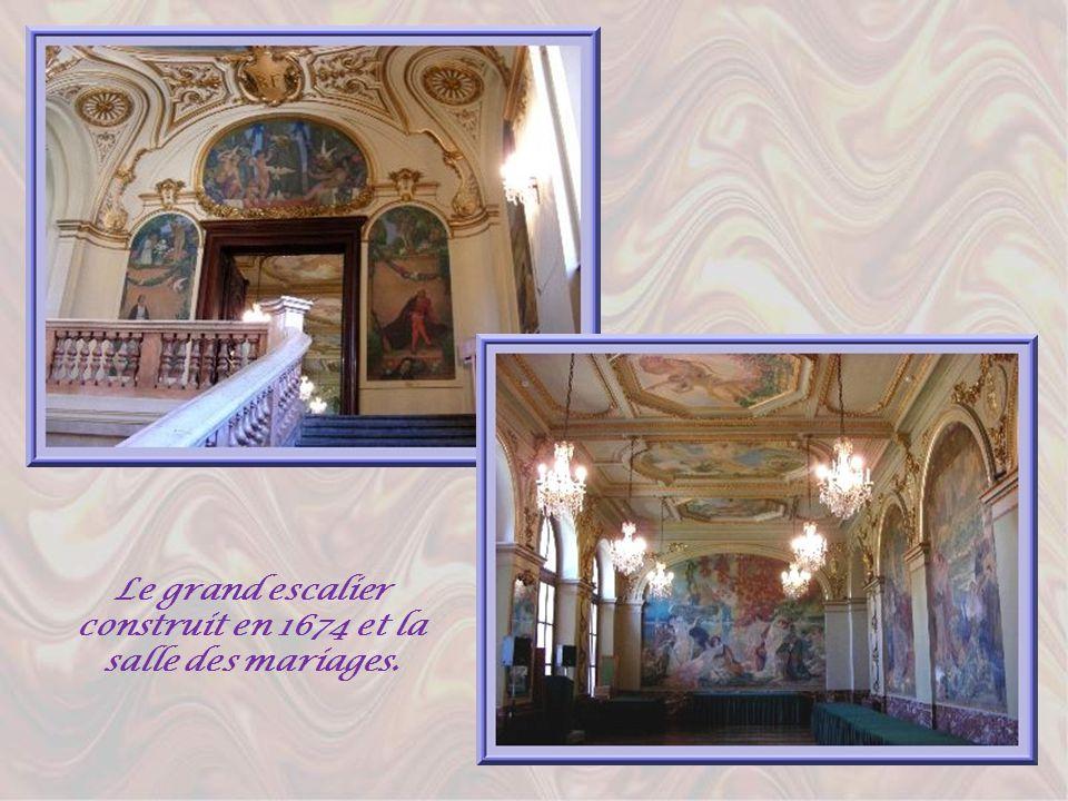 Le grand escalier construit en 1674 et la salle des mariages.
