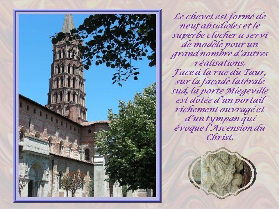Le chevet est formé de neuf absidioles et le superbe clocher a servi de modèle pour un grand nombre d'autres réalisations.