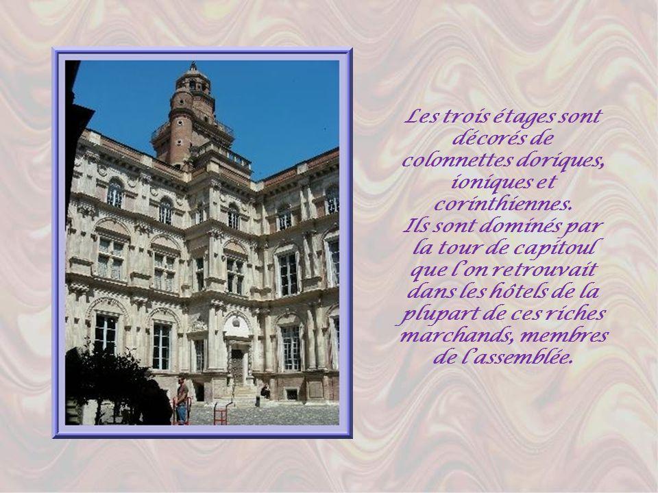 Les trois étages sont décorés de colonnettes doriques, ioniques et corinthiennes.