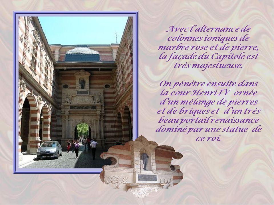 Avec l'alternance de colonnes ioniques de marbre rose et de pierre, la façade du Capitole est très majestueuse.