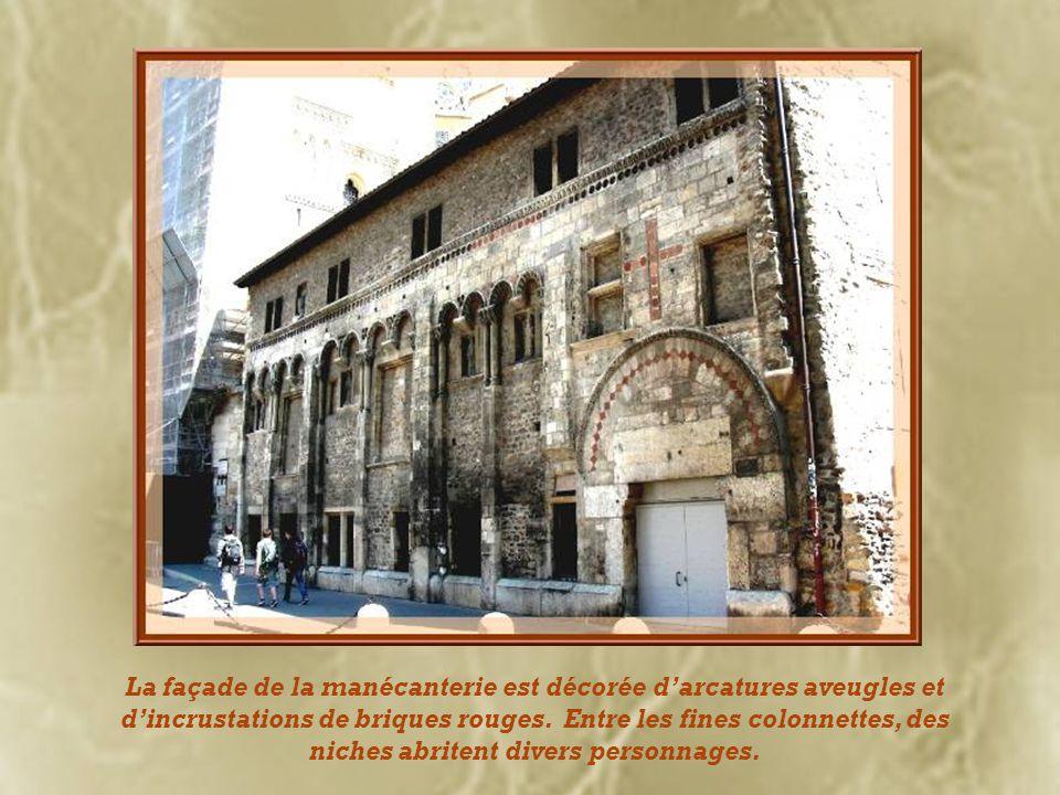 La façade de la manécanterie est décorée d'arcatures aveugles et d'incrustations de briques rouges.