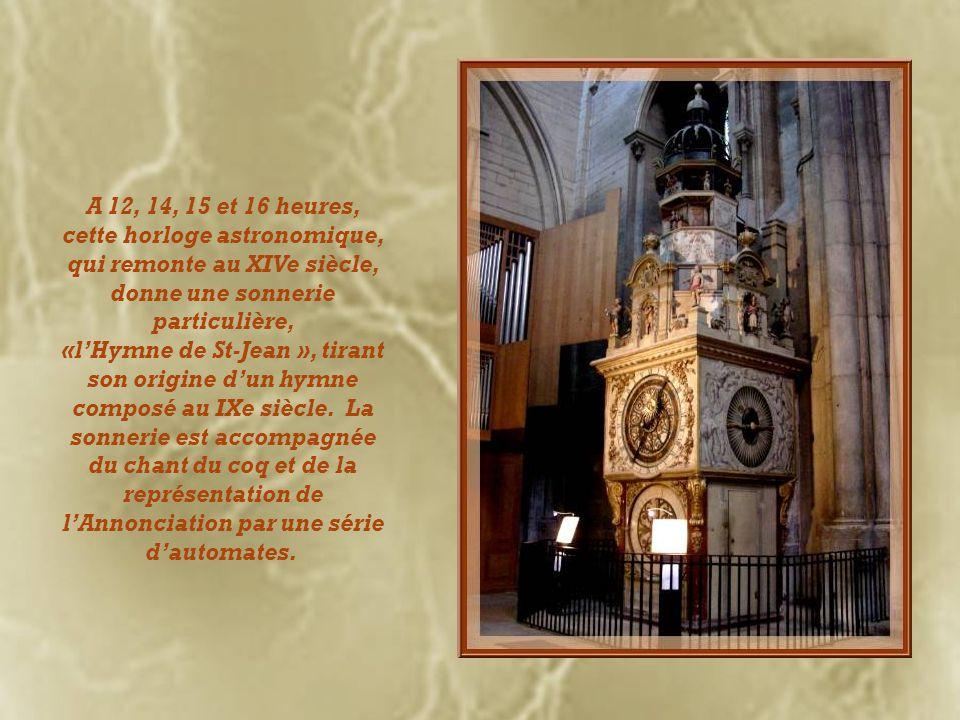 A 12, 14, 15 et 16 heures, cette horloge astronomique, qui remonte au XIVe siècle, donne une sonnerie particulière,