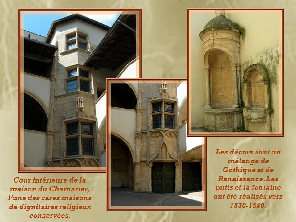 Les décors sont un mélange de Gothique et de Renaissance