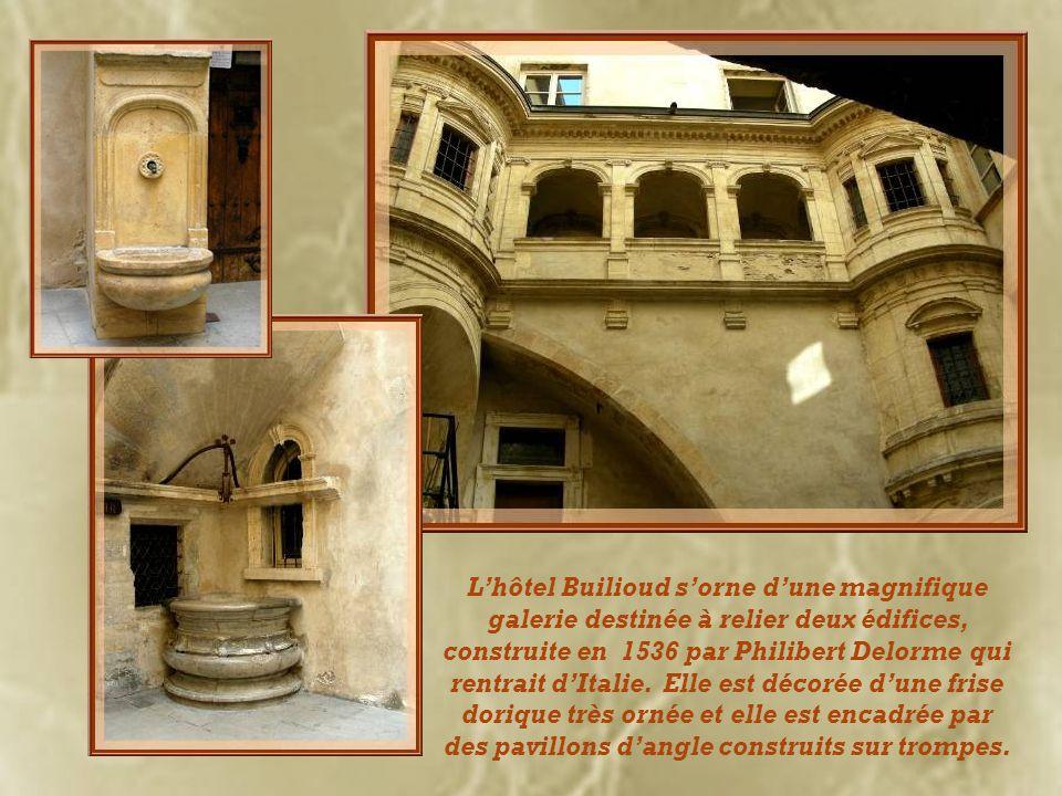 L'hôtel Builioud s'orne d'une magnifique galerie destinée à relier deux édifices, construite en 1536 par Philibert Delorme qui rentrait d'Italie.