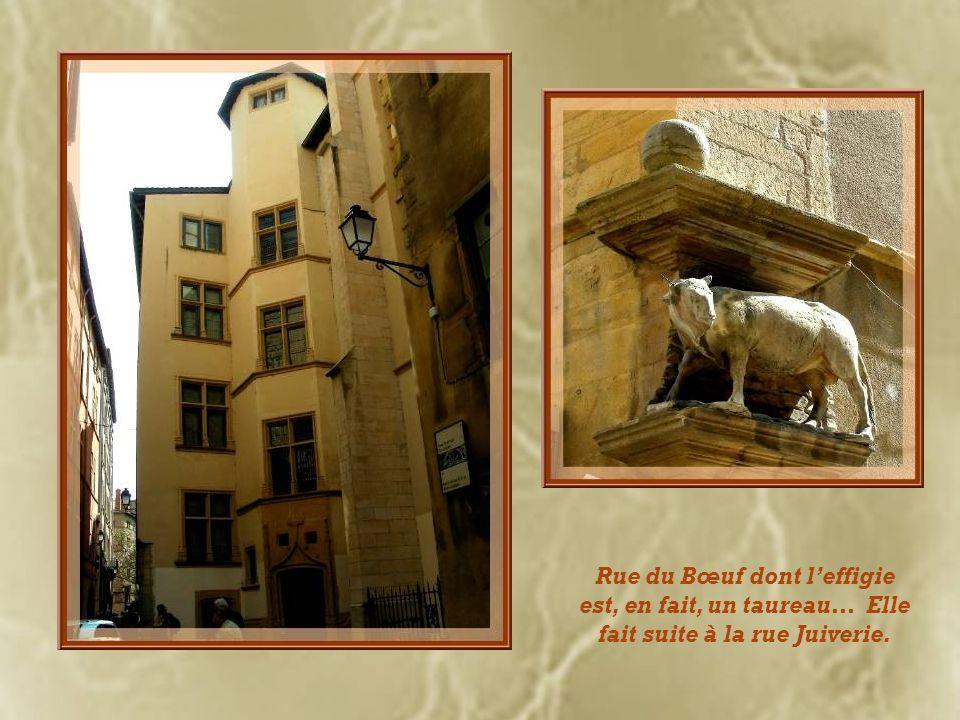 Rue du Bœuf dont l'effigie est, en fait, un taureau… Elle fait suite à la rue Juiverie.