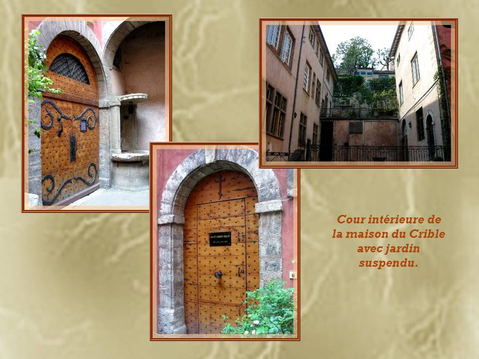 Cour intérieure de la maison du Crible avec jardin suspendu.