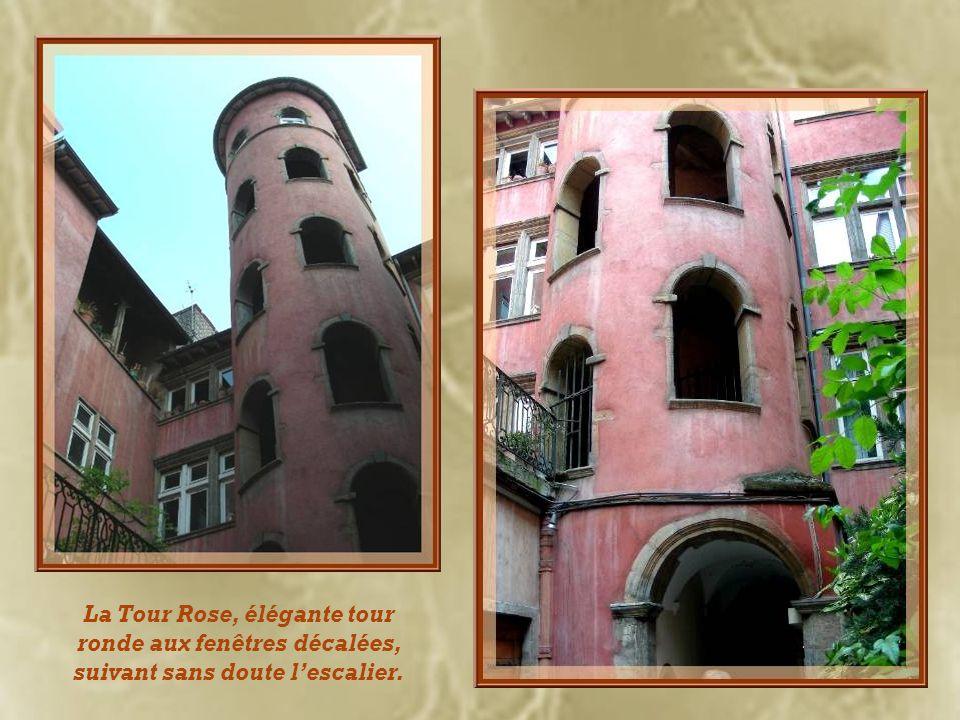 La Tour Rose, élégante tour ronde aux fenêtres décalées, suivant sans doute l'escalier.