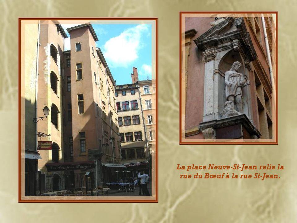 La place Neuve-St-Jean relie la rue du Bœuf à la rue St-Jean.