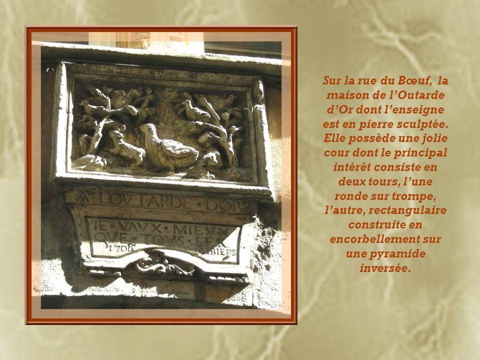 Sur la rue du Bœuf, la maison de l'Outarde d'Or dont l'enseigne est en pierre sculptée.
