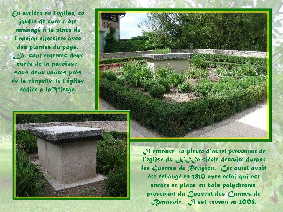 En arrière de l'église, ce jardin de curé a été aménagé à la place de l'ancien cimetière avec des plantes du pays. Là, sont enterrés deux curés de la paroisse, sous deux voûtes près de la chapelle de l'église dédiée à laVierge.