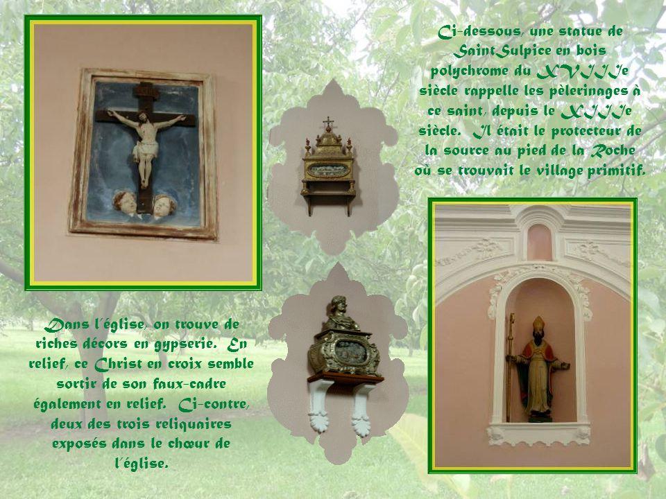 Ci-dessous, une statue de SaintSulpice en bois polychrome du XVIIIe siècle rappelle les pèlerinages à ce saint, depuis le XIIIe siècle. Il était le protecteur de la source au pied de la Roche où se trouvait le village primitif.