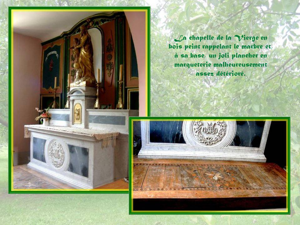 La chapelle de la Vierge en bois peint rappelant le marbre et, à sa base, un joli plancher en marqueterie malheureusement assez détérioré.