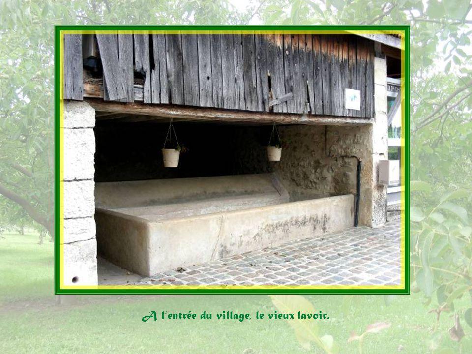 A l'entrée du village, le vieux lavoir.
