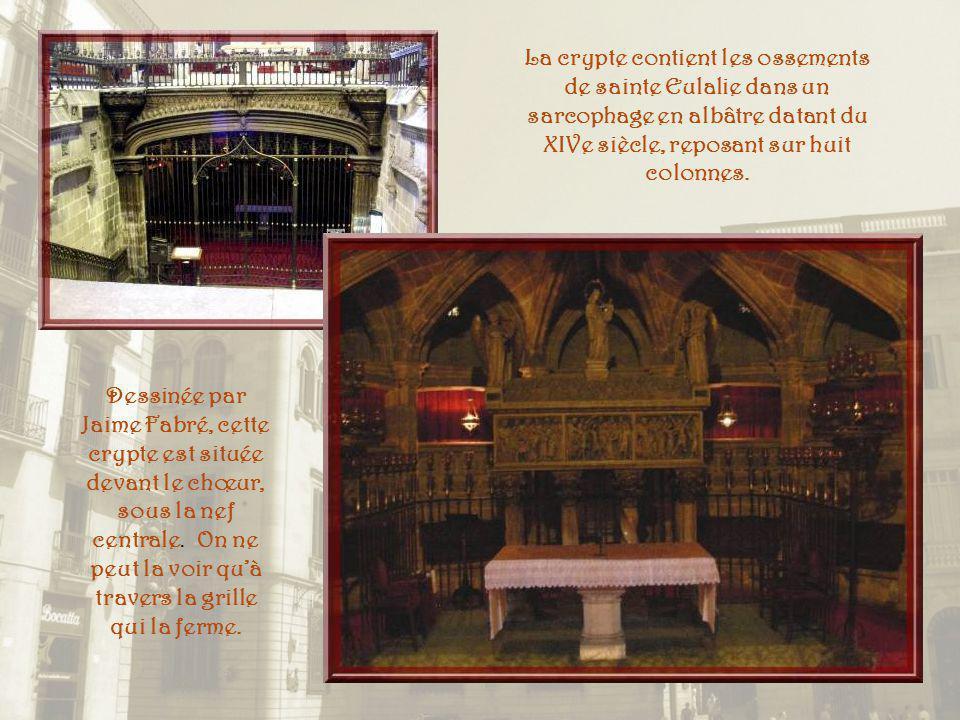 La crypte contient les ossements de sainte Eulalie dans un sarcophage en albâtre datant du XIVe siècle, reposant sur huit colonnes.