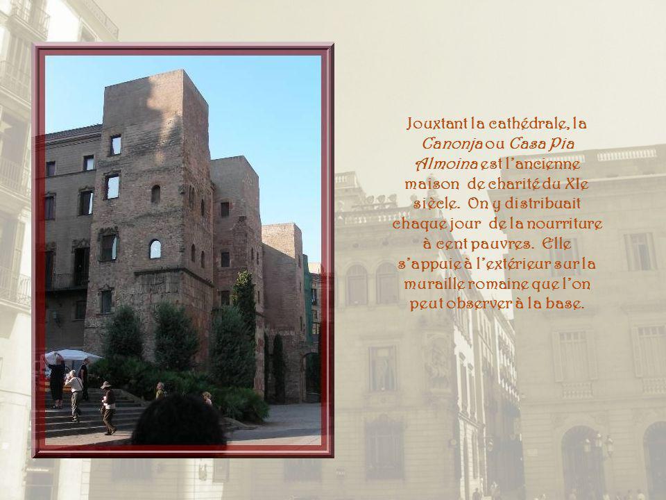 Jouxtant la cathédrale, la Canonja ou Casa Pia Almoina est l'ancienne maison de charité du XIe siècle.