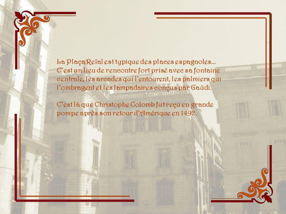 La Plaça Reïal est typique des places espagnoles… C'est un lieu de rencontre fort prisé avec sa fontaine centrale, les arcades qui l'entourent, les palmiers qui l'ombragent et les lampadaires conçus par Gaüdi.