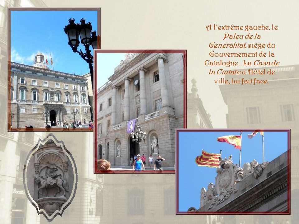 A l'extrême gauche, le Paleu de la Generalitat, siège du Gouvernement de la Catalogne.