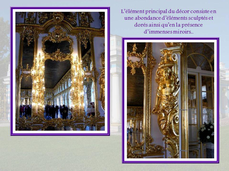 L'élément principal du décor consiste en une abondance d'éléments sculptés et dorés ainsi qu'en la présence d'immenses miroirs..