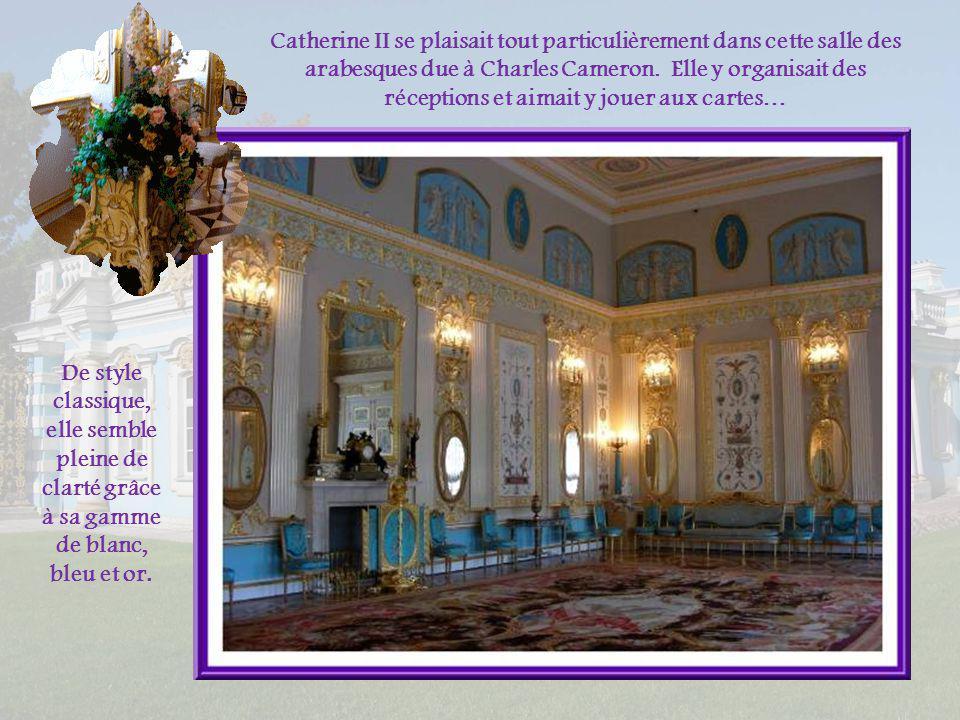 Catherine II se plaisait tout particulièrement dans cette salle des arabesques due à Charles Cameron. Elle y organisait des réceptions et aimait y jouer aux cartes…