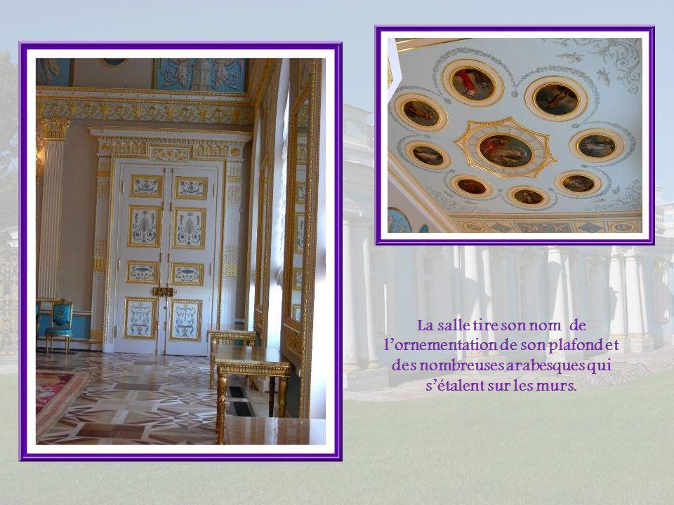 La salle tire son nom de l'ornementation de son plafond et des nombreuses arabesques qui s'étalent sur les murs.