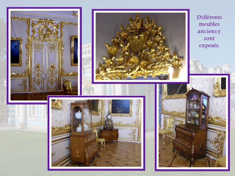 Différents meubles anciens y sont exposés.