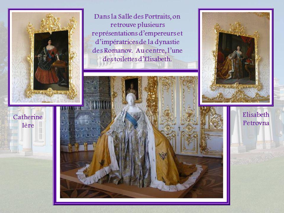 Dans la Salle des Portraits, on retrouve plusieurs représentations d'empereurs et d'impératrices de la dynastie des Romanov. Au centre, l'une des toilettes d'Elisabeth.