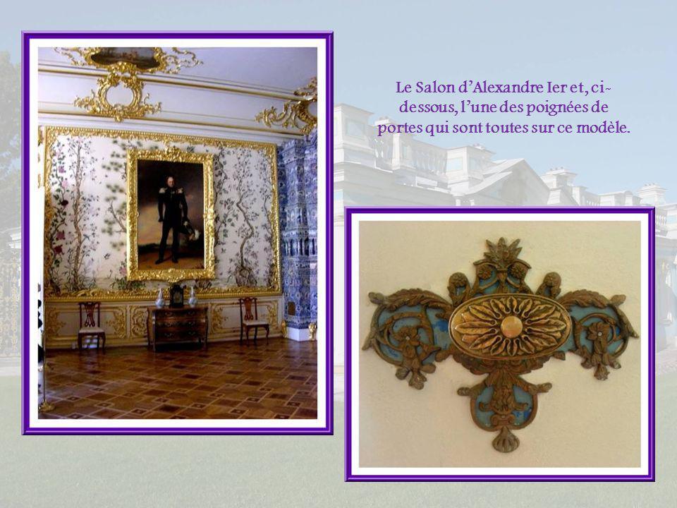Le Salon d'Alexandre Ier et, ci-dessous, l'une des poignées de portes qui sont toutes sur ce modèle.